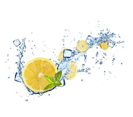 citricos: Fruta fresca en chapoteo del agua, aislado en fondo blanco Foto de archivo