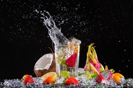 水しぶきとフルーツ カクテル 写真素材