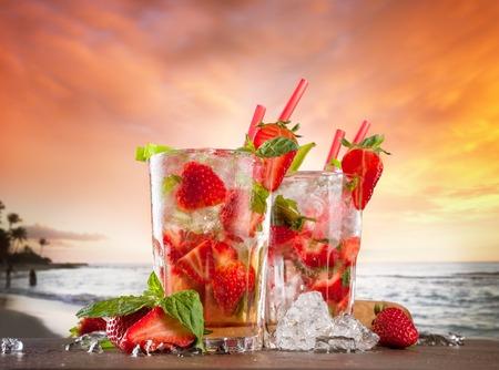 bebidas alcoh�licas: C�cteles de verano Foto de archivo