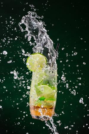 jugo de frutas: Bebida Mojito con salpicaduras Foto de archivo