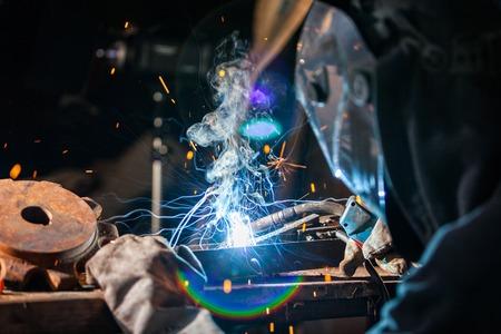 soldadura: Primer plano de soldador que trabaja en el taller. Baja profundidad de foco
