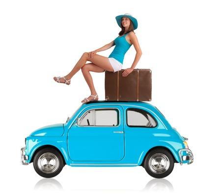 femme valise: Belle jeune femme posant sur vieille voiture, fabriqués entre l'année 1957 - 1975. Concept de Voyage d'été. Isolé sur fond blanc Banque d'images