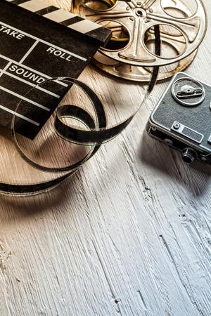 rollo pelicula: pizarra c�mara de cine, c�mara de la vendimia y el rodillo de mesa de madera Foto de archivo