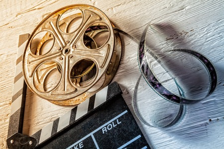 cinta pelicula: Cámara de la película pizarra y rodar en mesa de madera