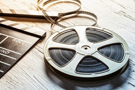 zábava: Filmové kamery tabule and roll na dřevěném stole Reklamní fotografie