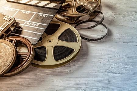 Film lavagna macchina fotografica e rotolare sul tavolo in legno Archivio Fotografico - 43222211