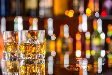 ウィスキー飲み物背景にぼかしボトル バーのカウンターで 写真素材