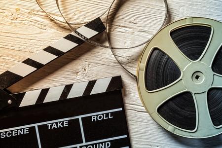 フィルム カメラ黒板、木製のテーブルの上にのって
