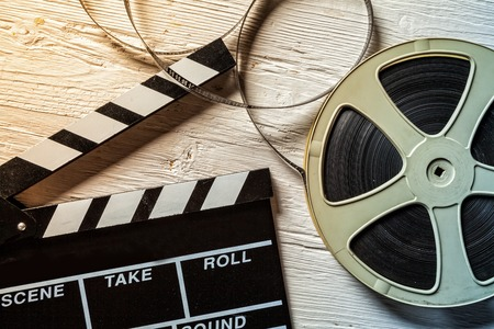 rollo pelicula: Cámara de la película pizarra y rodar en mesa de madera