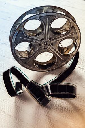 rollo pelicula: Rollo de película de época situada en mesa de madera