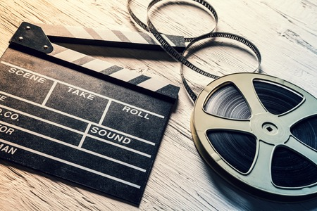 pelicula de cine: Cámara de la película pizarra y rodar en mesa de madera