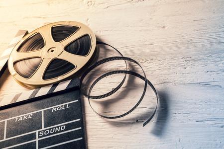 páska: Filmové kamery tabule and roll na dřevěném stole Reklamní fotografie