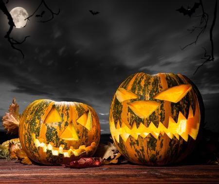 calabazas de halloween: Halloween pumpkins on wood with dark sky background