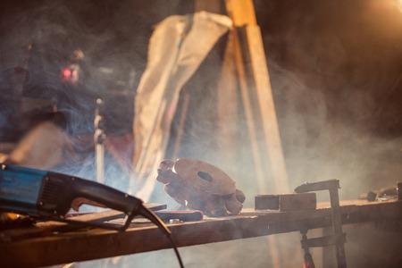 herramientas de trabajo: Primer plano de los trabajadores en el taller con muchas herramientas en la mesa