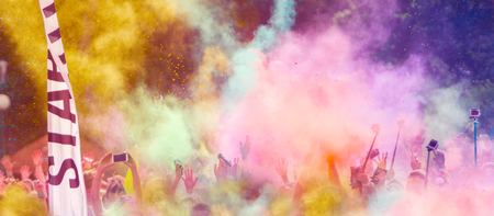 de colores: Primer plano de los corredores de maratón con polvo de color en el aire