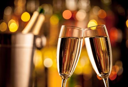 tomando alcohol: Copas de champ�n en la fijaci�n de vacaciones, que se presentan en barra de bar