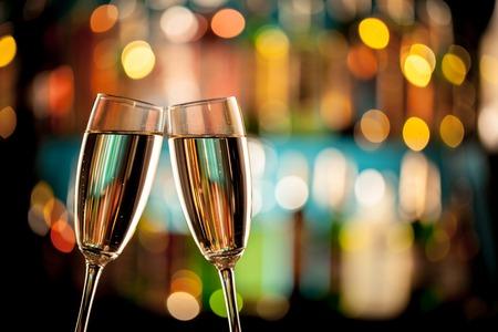 Sklenice šampaňského v nastavení dovolenou, podávaný na barovým pultem