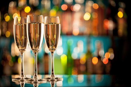 Glazen champagne in vakantie-instelling, geserveerd op bar