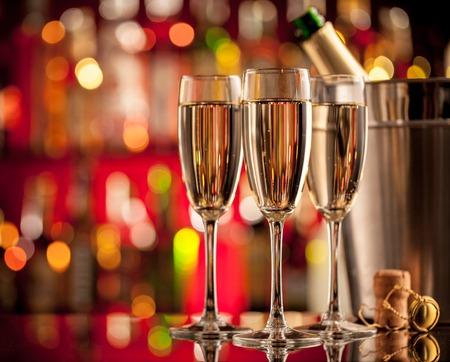 sektglas: Gläser Champagner in Urlaubseinstellung, serviert auf Bartheke