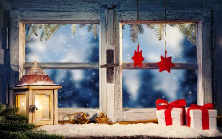 Lantaarn op vensterbank in de winter stemming