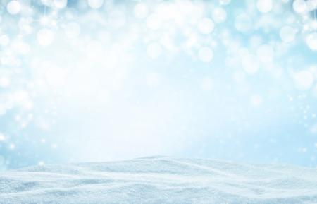 Winter achtergrond met een stapel van sneeuw en vervagen abstracte lichten. Copyspace voor tekst