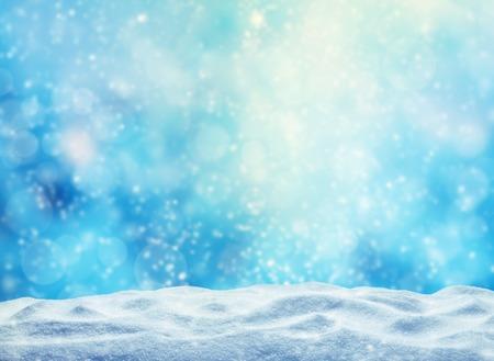 Winter achtergrond met stapel sneeuw en vervagen abstracte lichten. Copyspace voor tekst Stockfoto