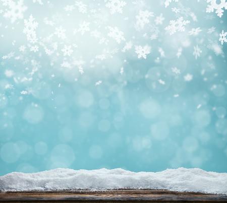 neige noel: Winter background avec tas de neige et de brouiller lumi�res abstraites. Des planches de bois vides sur plan. Copyspace pour le texte Banque d'images