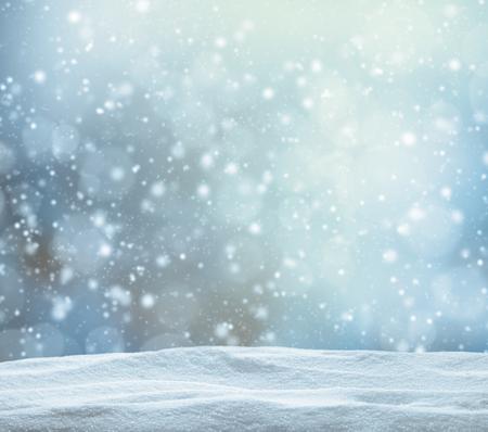 navidad: Fondo abstracto del invierno cubierto de nieve con pila de nieve