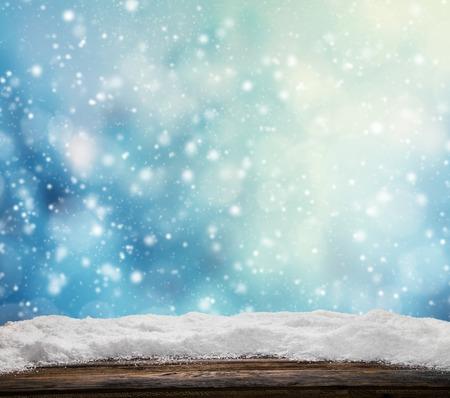 Winter besneeuwde abstracte achtergrond met een stapel van sneeuw op hout Stockfoto