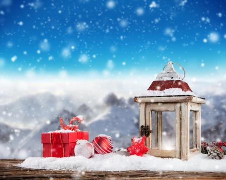 Kerst stilleven achtergrond met decoratie in de sneeuw Stockfoto