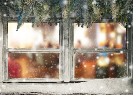 windows: Vista de la ventana de invierno en el interior de viejos casa