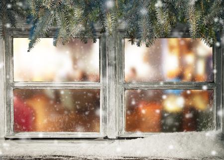 Winter-Fenster-Blick in alte Hütte Innenraum