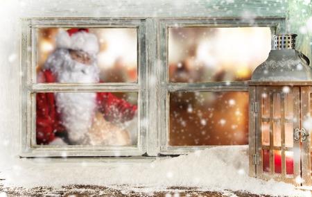 Stimmungsvolle Weihnachtsfensterbank Dekoration mit Weihnachtsmann Standard-Bild - 46633996