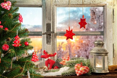 Atmospheric Christmas window sill decoration with beautiful sunset view Banque d'images