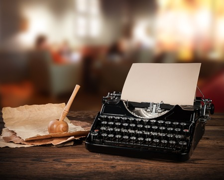 maquina de escribir: M�quina de escribir antigua en el consultorio retro. Bodeg�n vintage