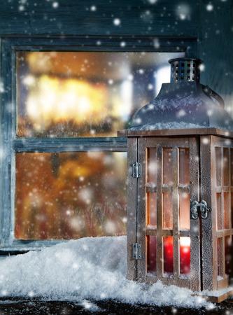 Stimmungsvolle Weihnachtsfensterbank Dekoration mit schönen Abend Blick nach draußen