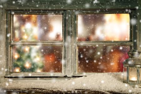 casa de campo: Vintage ventana de madera mirador interior de una casa con el árbol de navidad en el interior Foto de archivo