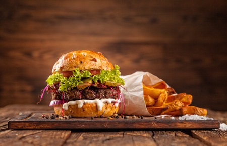 gourmet burger: Delicious hamburger served on wooden planks