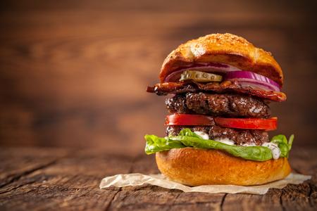 Köstlicher Hamburger serviert auf Holzbohlen Standard-Bild