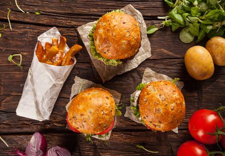 comida rapida: Hamburguesas deliciosas sirvieron en tablones de madera. Disparo de vista aérea