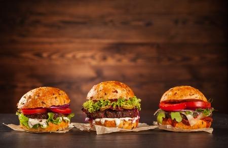 Heerlijke hamburgers geserveerd op houten planken