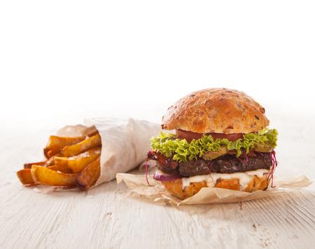 comida rapida: Deliciosa hamburguesa servida en tablones de madera