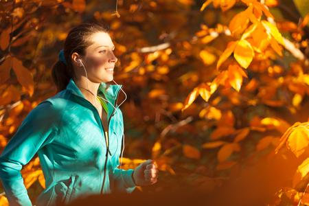 Femme formation à l'extérieur et écouter de la musique modèle de forme physique. Sport et mode de vie sain Banque d'images