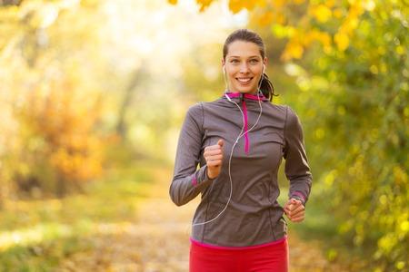 여성 피트니스 모델 교육 외부와 음악을 듣고. 스포츠 및 건강한 생활 습관