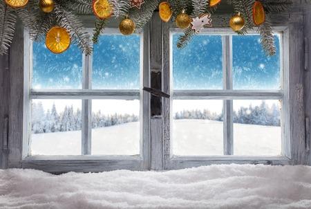 Vintage houten raam overzie winterlandschap, schot van cottage interieur Stockfoto