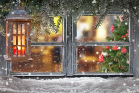 windows: Ventana de la Navidad atmosférica decoración alféizar con hogar acogedor interior. Árbol de Navidad en el fondo