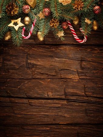 De spar van Kerstmis met decoratie op een houten plank. Vrije ruimte voor tekst