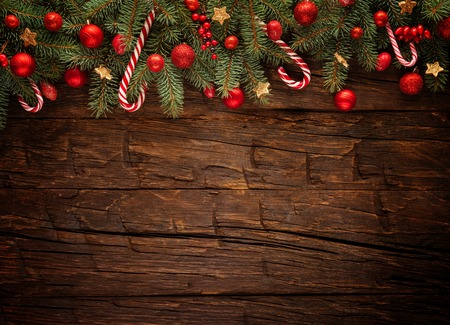 Weihnachts-Tanne mit Dekoration auf einem Holzbrett. Freier Raum für Text