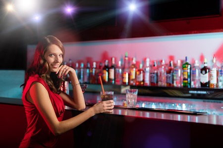 Resultado de imagen para chica hermosa en el bar