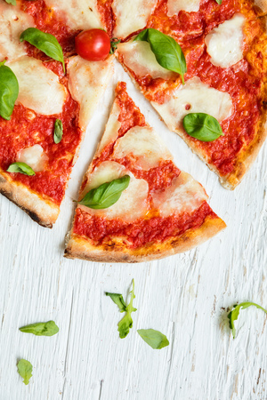 Leckere italienische Pizza serviert auf Holztisch, Schuss von oben